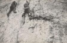 Kroczyce 01.12.1965, dwóch mężczyzn wspinających się w ścianie