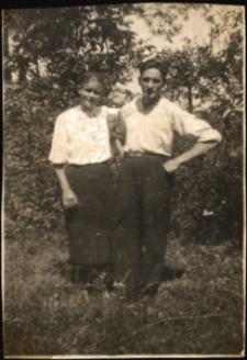 Kobyla. Zdjęcie rodzinne w sadzie.