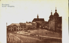 Brzeżany. Rynek z widokiem na kamienice, kościół farny i cerkiew.