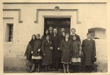 Nauczyciel polskiej szkoły w Grabinie, p. A. Liczbański, wśród młodzieży szkolnej z Grabiny